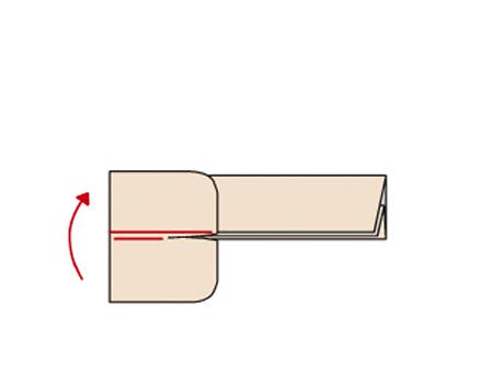 上側のそでを、そでつけぬい目から1cmくらい、そで側から折り返す。